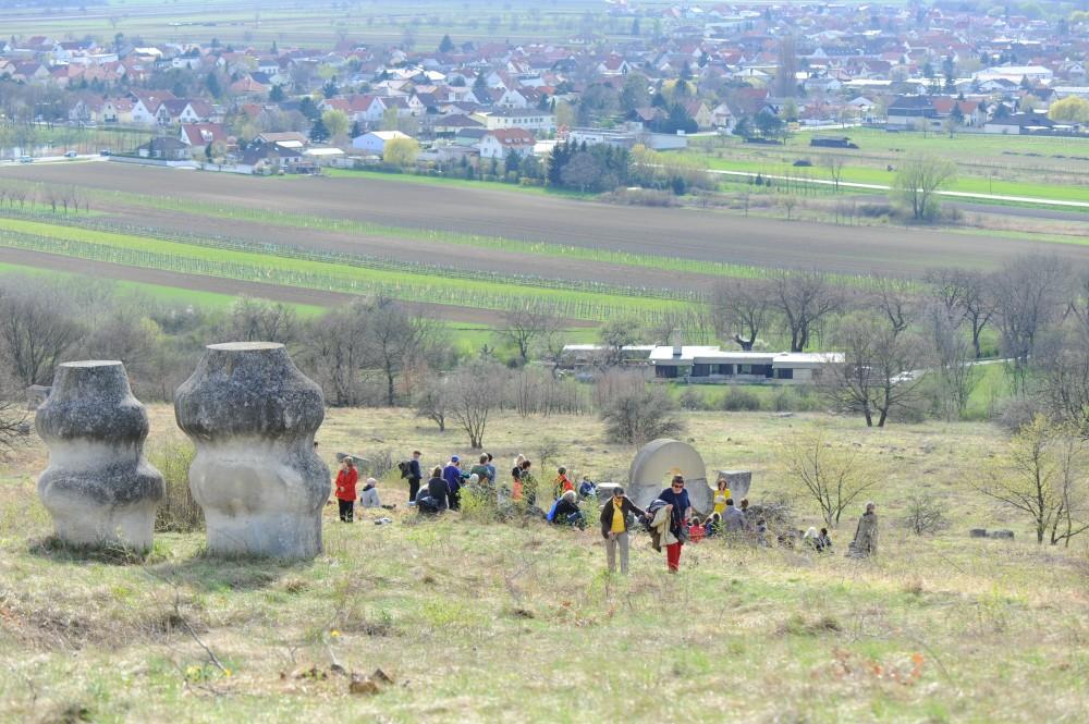 Auf dem Hügel von St. Margarethen mit Skulpturen von Milena Lah